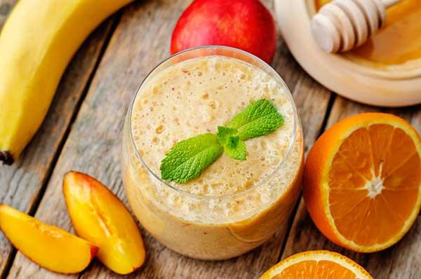 Банановый смузи с апельсином персиком и творогом
