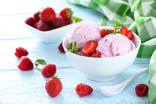 Домашнее мороженое с клубникой и сгущенным молоком