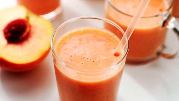 Фруктовый коктейль из клубники и персика
