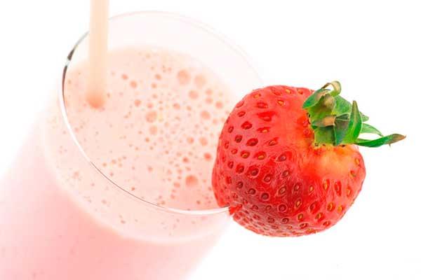 Клубничный молочный фруктовый коктейль