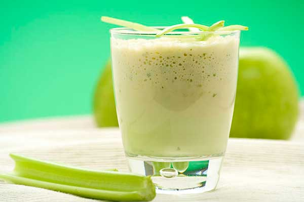 molochnyj-koktejl-iz-morozhenogo-i-jablochnogo-soka