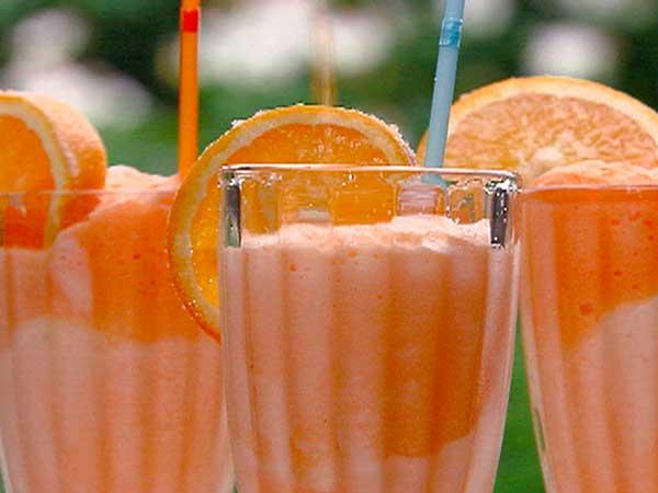 molochnyj-koktejl-iz-morozhenogo-s-apelsinovym-sokom