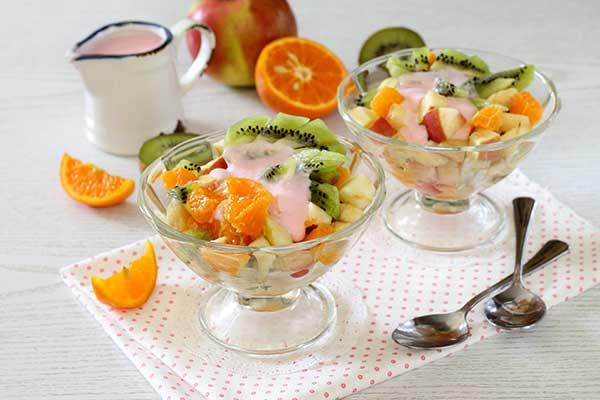 Десерт из замороженного йогурта с кусочками фруктов