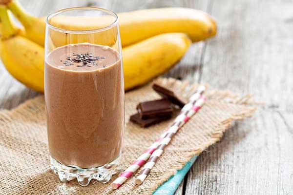 Диетический банановый коктейль с шоколадом и йогуртом