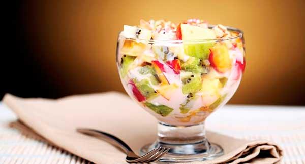 Классический фруктовый салат восторг с мороженым