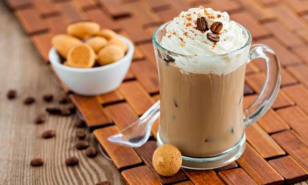 Кофейно-молочный коктейль с пончиками и мороженым
