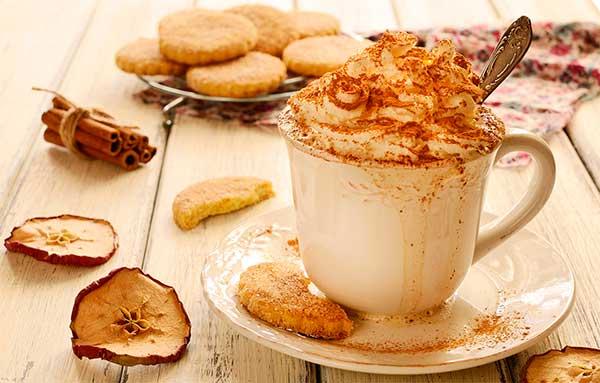 Кофейный коктейль с молоком и клубничным сиропом