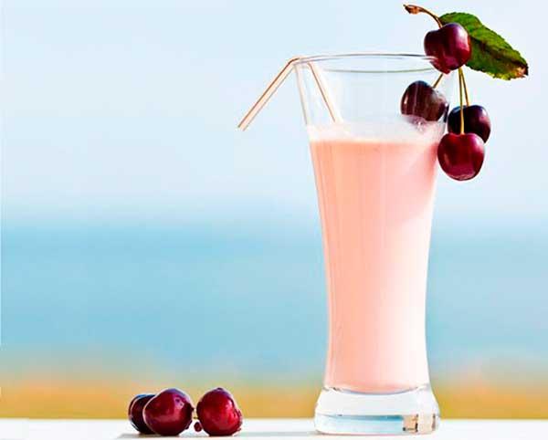 Молочный коктейль с вишневым вареньем
