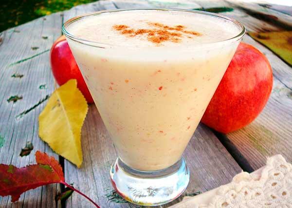 Коктейль с яблочным соком и мороженым